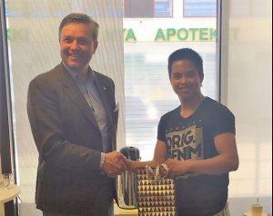 Posintra 20 v. liikeideakilpailun voittaja Joseph Lampén vastaanottaa palkinnon yrityspalvelujohtaja Fredrik Pressleriltä.