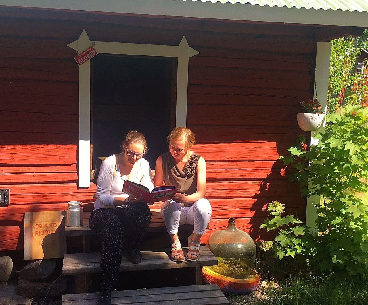 Island Riddles -seikkailureitin lähtöpaikassa yrittäjä Erika Eklund ja Posintran projektipäällikkö Annika Weckman