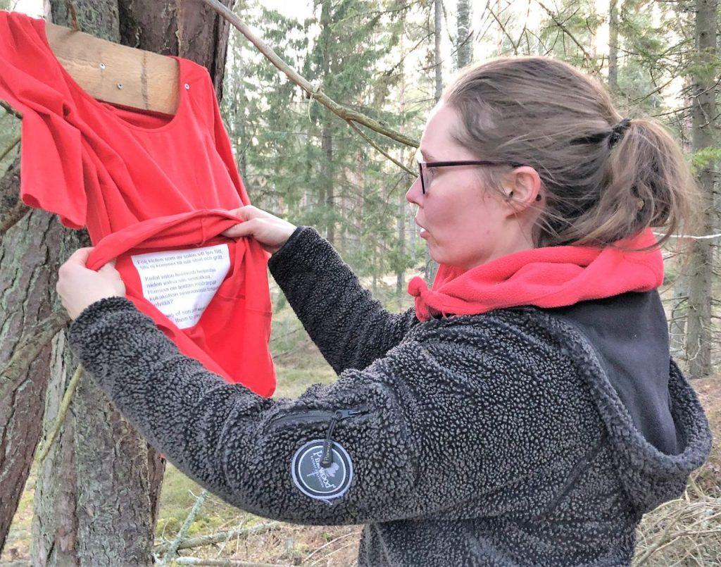 Erika rakentamassa Island Riddles -seikkailureitin pisteitä.