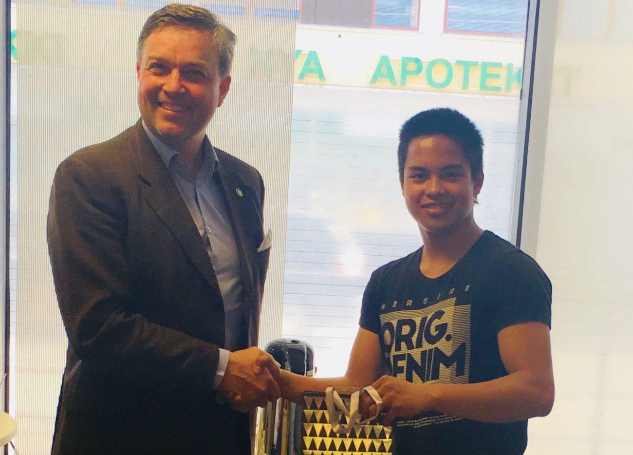 Posintran liikeideakilpailun voittanut Joseph Lampén vastaanottaa palkinnon Posintran yrityspalveluiden johtajalta, Fredrik Pressleriltä.