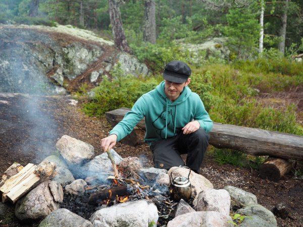 Yrittäjä Jon Englund keittää pannuakahvia, pannkaffe i direktsändning. Kuva: M. Mikkola